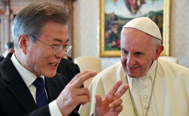 Papež Frančišek je južnokorejskemu predsedniku Mun Dže Inu namenil bistveno več časa, kot ga ponavadi nameni tujim voditeljem. FOTO: AP