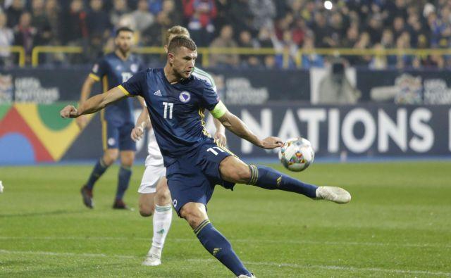 Edin Džeko, ki je z goloma zablestel pred dnevi proti Severni Irski, s soigralci iz reprezentance Bosne in Hercegovine v kvalifikacijah za EP 2020 ne bo igral proti Kosovu.<br /> FOTO AP
