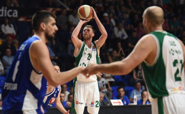 Luka Lapornik (z žogo) proti Heliosu ni bil pri metu, desno Jure Lalić. FOTO: ABA