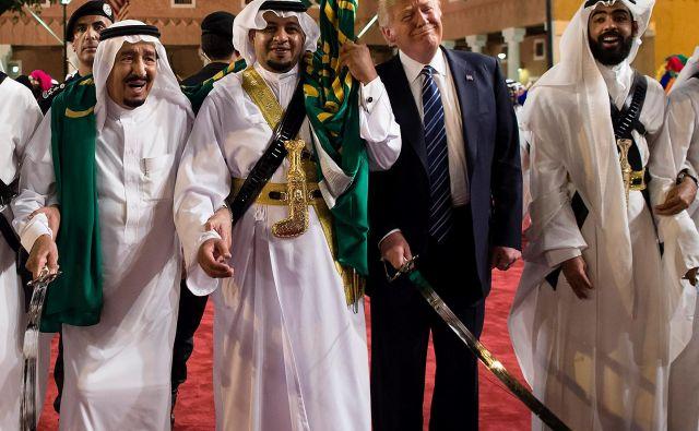 Ameriški predsednik Donald Trump (drugi z desne) in betežni savdski kralj Salman (levo) sta med krošnjarskim obiskom prvega v puščavski kraljevini zaplesala tradicionalni arabski ples s sabljami, med katerim sta morala Salmana, da je lahko stal na nogah, podpirati dva pribočnika. FOTO: AFP