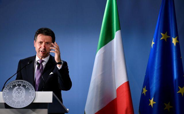Premier Giuseppe Conte je sklical ministrski zbor, spet je povedal: »Jaz sem šef.« FOTO: Toby Melville/Reuters