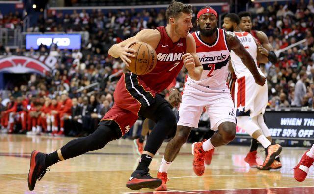 Goran Dragić (z žogo) je k prvi zmagi Miamija v novi sezoni lige NBA prispeval osem točk. FOTO: AFP