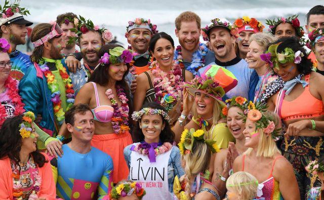 """Britanski princ Harry in njegova Meghan, vojvodinja Sussexa, sta med obiskom Avstralije med drugim udeležila zasedanja """"Fluro Friday"""", ki ga organizira lokalna skupina za surfanje, OneWave, ki na plazi Bondi dvigujee zavest o duševnem zdravju in dobrem počutju. Foto Dean Lewins Afp"""