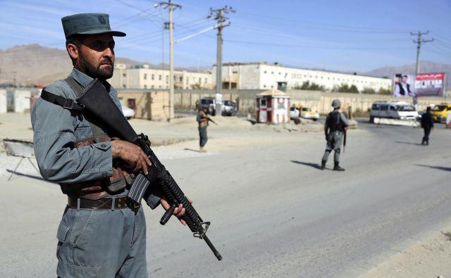 Parlamentarne volitve v Afganistanu potekajo kljub velikim skrbem zaradi varnosti. Volilišča bo danes ščitilo več kot 50.000 pripadnikov varnostnih sil. FOTO: AP