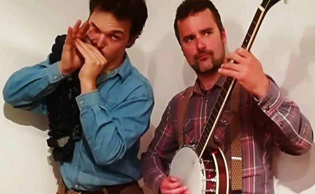 Smet sta Miha Erič: ustna harmonika, lap steel kitara; Tilen Stepišnik: akustična in električna kitara, banjo.<br /> FOTO:Natalija Šepul