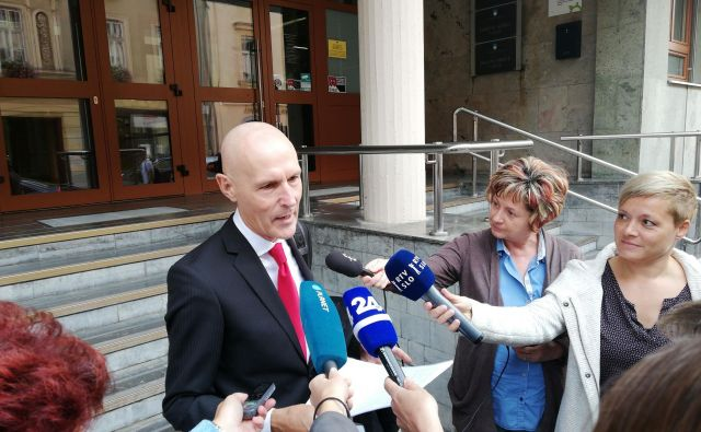 Zagovornik Mirka Krašovca, odvetnik Velimir Cugmas, je po oprostilni sodbi napovedal skorajšnjo novinarsko konferenco Mirka Krašovca.FOTO: Brane Piano