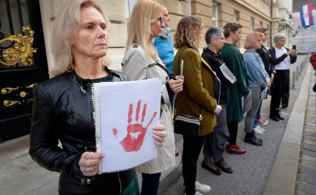Aktivistke Združenja Štorklja so pred poslopjem hrvaškega sabora prebrale grozljiva pričevanja žensk, ki so izkusile verbalno in fizično nasilje uslužbencev zdravstvenih ustanov. Foto CROPIX
