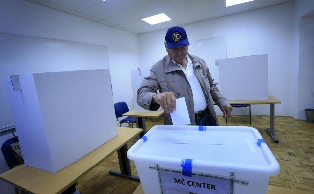 Če želijo županski kandidati kandidirati s podporo volivcev, morajo pod svojo kandidaturo zbrati podpise vsaj dveh odstotkov volivcev, ki so v občini glasovali v prvem krogu zadnjih županskih volitev. Teh ne sme biti manj kot 15 in ne več kot 2500. FOTO: Tadej Regent/Delo