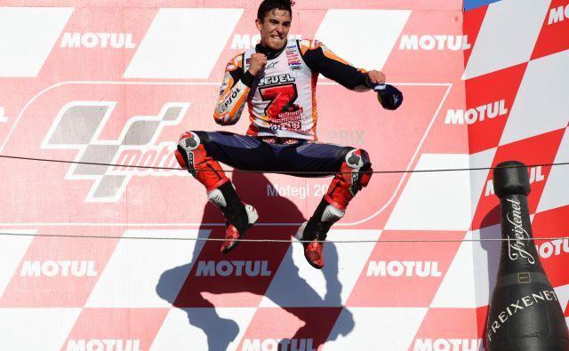 Marc Marquez si je po osvojitvi naslova prešerno dal duška v Motegiju. FOTO: AFP