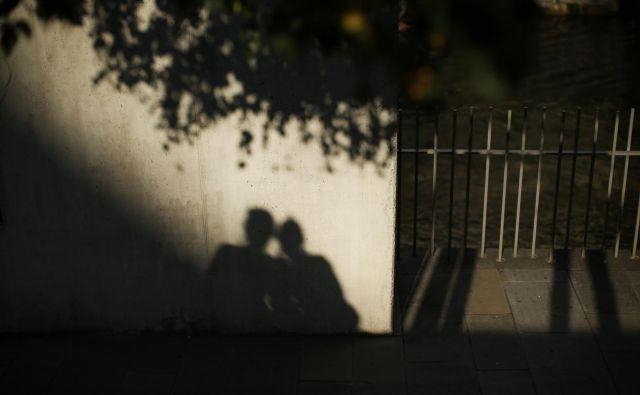 Helena si je odpela slamnik: skozi temno vejevje je en sam tenak žarek trepetaje poljubljal njene lase. Foto Jure Eržen