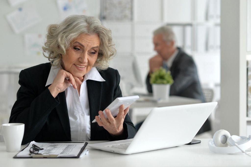 Moški v Sloveniji delajo dve leti dlje kot ženske