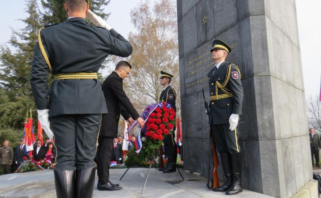 Predsednik vlade Marjan Šarec se je na Cviblju poklonil padlim za domovino. FOTO: Bojan Rajšek/Delo
