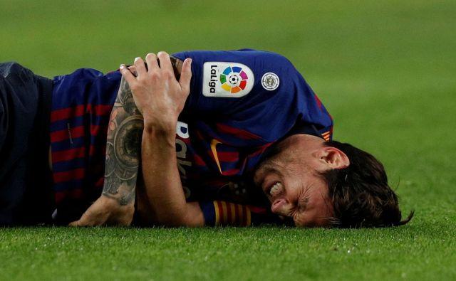 Lionel Messi je obležal v hudih bolečinah. FOTO: Albert Gea/Reuters
