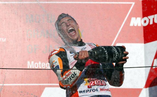 Marc Marquez se je prešerno razveselil nove krone v kraljevskem motociklističnem razredu. FOTO: Reuters