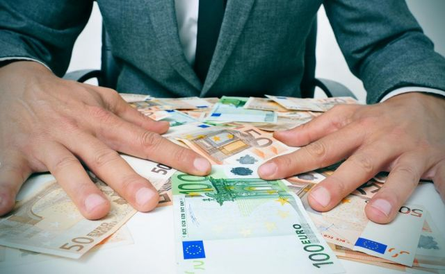 Mož je obseden z denarjem. Foto Shutterstock