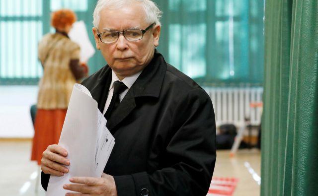 Na Poljskem je bil včeraj tudi prvi krog lokalnih in regionalnih volitev, ki bodo pomemben test za vladajočo konservtivno stranko Zakon in pravičnost (PiS). Na fotografiji je njen vodja Jarosław Kaczyński. FOTO: Reuters