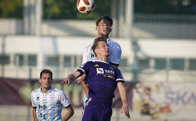 Aleks Pihler je v slogu vrhunskega strelca premagal Gregorja Sorčana in dosegel svoj prvi gol v sezoni. Foto Jože Suhadolnik