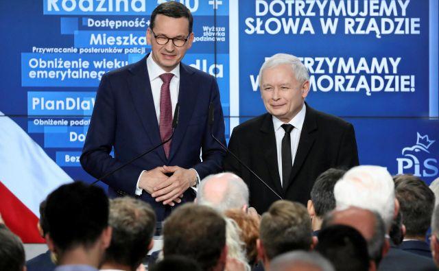 »Zmagali smo,« je po objavi rezultatov vzporednih volitev izjavil voditelj Pis in »sivi kardinal« poljske politike Jarosław Kaczyński (desno). Foto: Agencja Gazeta/Reuters