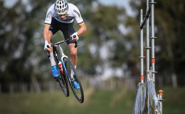 V belgijskem mestu Boom je potekala moška kolesarska dirka Superprestige cyclocros, ki je mešanica cestne dirke in downhila.Foto David Stockman Afp