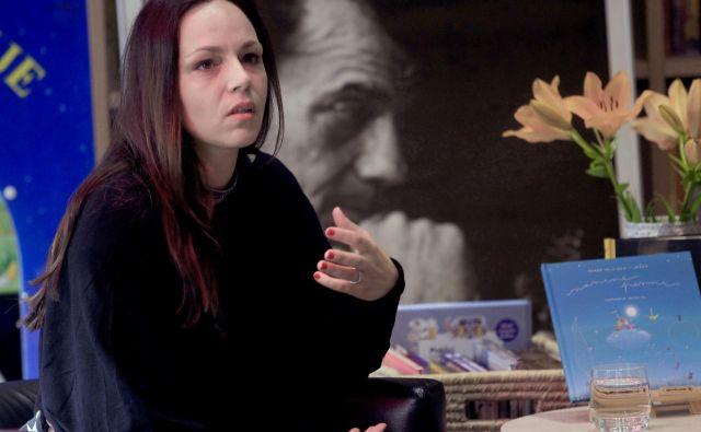 Nana Miličinski, glasbenica in režiserka uglasblja dedkovo poezijo.<br /> FOTO: Roman Šipić