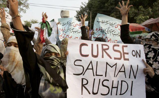 V muslimanskih državah <em>Satanski stihi</em><em> </em>Salmana Rushdieja še vedno burijo duhove in podžigajo proteste.<br /> FOTO: Reuters