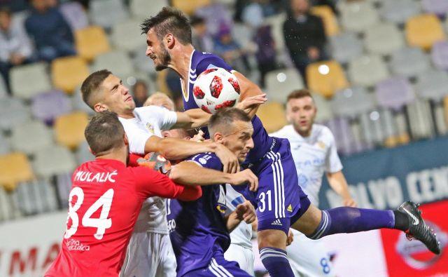 Pred mesecem dni v razburljivem in nenavadnem ligaškem dvoboju med Mariborom in Domžalami ni bilo zmagovalca (2:2). FOTO: Tadej Regent/Delo