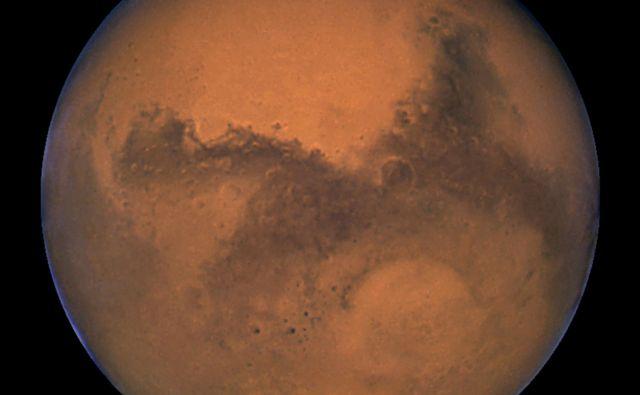 Je ali ni na Marsu življenje? Odgovore iščejo številni orbiterji in roverji. Novembra se jim bo pridružil lander InSight. FOTO: Nasa/Reuters
