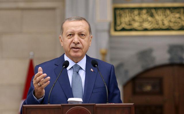 Nastop turškega predsednika v parlamentu je pritegnil znatno pozornost, a Erdogan v njem ni razkril svojih glavnih adutov. FOTO: AP