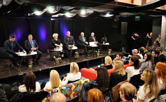 Soočenje šestih izmed sedmih županskih kandidatov v Celjskem mladinskem centru. Z leve Matevž Vuga (SMC), Bojan Šrot (Celjska županova lista), Mateja Žvižej (Levica), Sandi Sendelbah (Odprto Celje), Branko Verdev (SD) in Marko Zidanšek (SLS). FOTO: Brane Piano