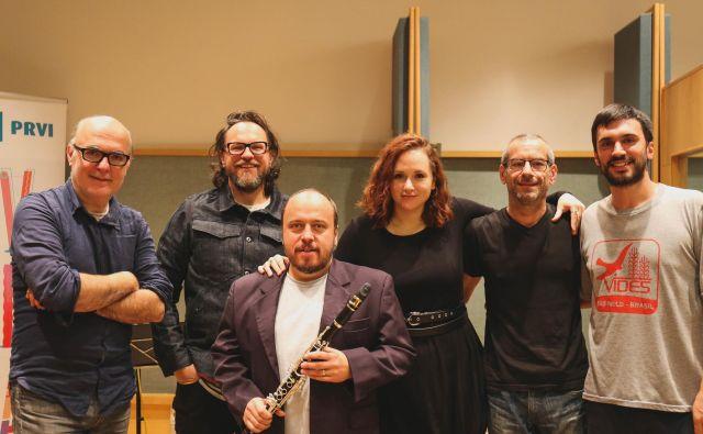 SLO blues: (od leve proti desni) avtor projekta, glasbe in pianist: Gregor Strniša, Aleš Marjetič (kitara), Andrej Zupan (glas, klarinet), Ursula Luthar (glas), Uroš Usenik (baskitara) in Miha Friedrich (bobni).<br /> FOTO: Špela Šivic