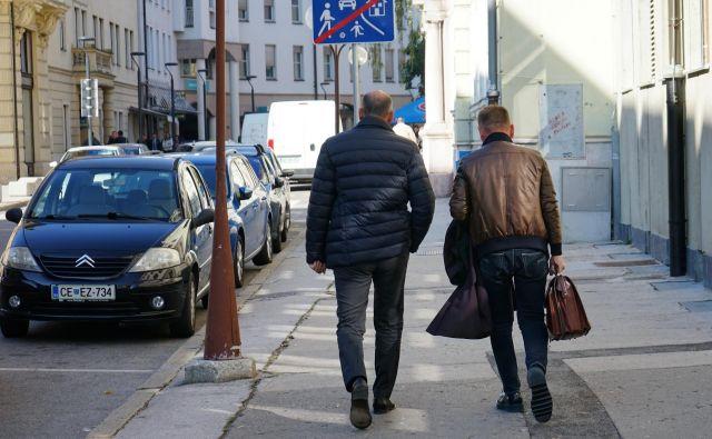 Janez Janša in zagovornik Franci Matoz odhajata s celjskega sodišča. FOTO: Brane Piano