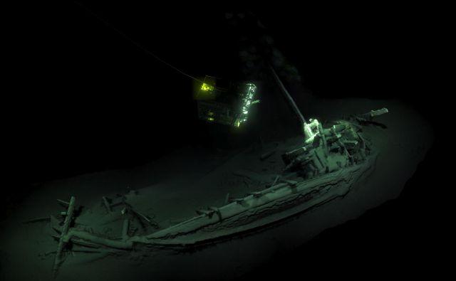 2400 let stara ladja leži na boku na globini 2000 metrov.<br /> FOTO: Black Sea MAP/EEF Expeditions/AFP