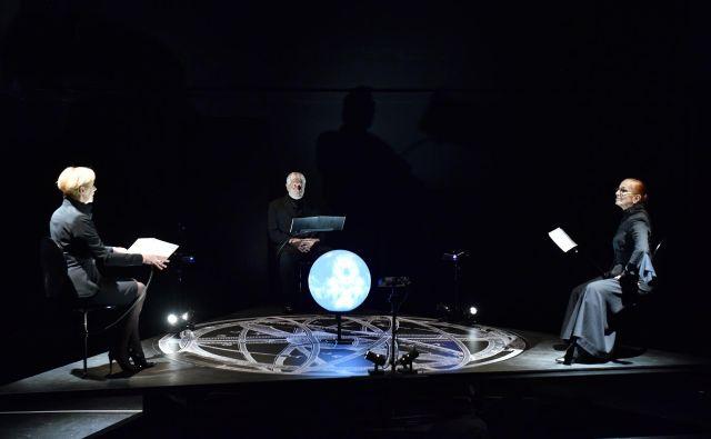 Glavni akterji predstave so Mistični svet (Jožica Avbelj), Adepta (Darja Zgonc) in Fizik (Boris Cavazza). Foto Peter Uhan