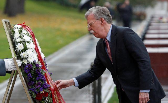 Ameriški svetovalec za nacionalno varnost John Bolton je v Moskvi obiskal tudi prizorišče umora opozicijskega politika Borisa Nemcova. Foto: Sergei Karpukhin/Reuters