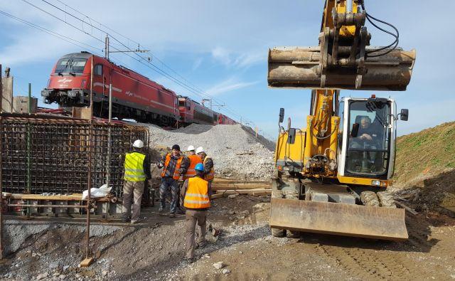 Direkcija za infrastrukturo je od leta 2014 v ceste vložila 841,8 milijona evrov, v železniško infrastrukturo pa 1,76 milijarde evrov. Foto Boris Šuligoj
