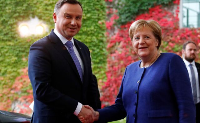 Nemška kanclerka Angela Merkel pozdravlja poljskega predsednika Andrzeja Dudo v Berlinu. Foto: Fabrizio Bensch/Reuters
