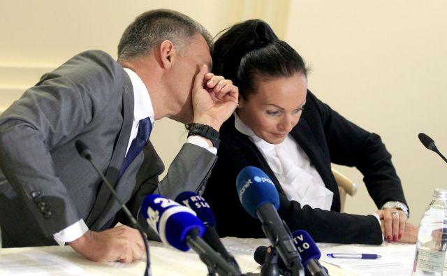 Damjan Belič in Lidia Glavina iz SDH sta oznanila, da je zelena luč za prodajo NLB prižgana. Foto Roman Šipić