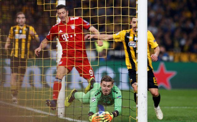 Vratar AEK Vasilis Barkas in Robert Lewandowski sta bila vidnejša igralca atenskega dvoboja. FOTO: Reuters