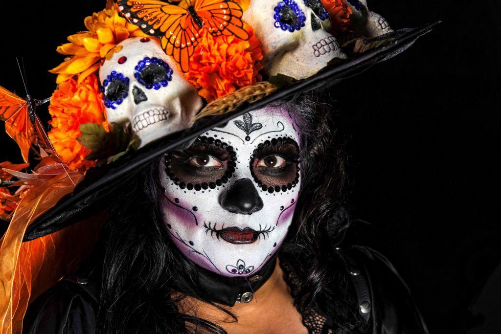 FOTO:Catrina, ženska lobanja s klobukom in rožami