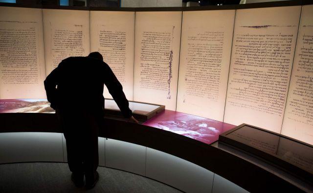 Dvorana Muzeja Biblije v Washingtonu s predstavitvijo Mrtvomorskih rokopisov je veljala za eno tamkajšnjih osrednjih atrakcij. FOTO: AFP