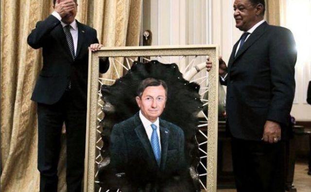 »Etiopski predsednik mi na svečani večerji izroča darilo in me spravlja v zadrego. Treba je vedeti, da sem naslikan na ščetinasti kozji koži.«<br /> Foto Instagram @borutpahor