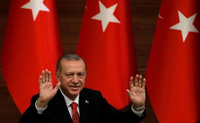 Ko turški predsednik Recep Tayyip Erdoğan govori o brutalnosti savdskega dvora, stoji pred slabo očiščenim ogledalom. FOTO: Reuters