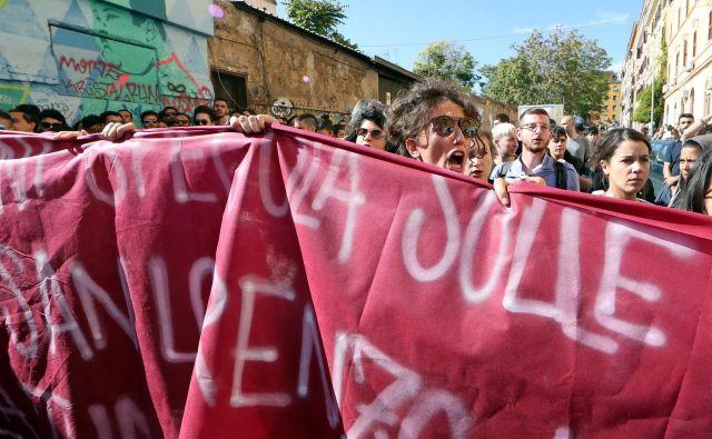 Ljudje protestirajo proti politiki Mattea Salvinija. FOTO: Alessandro Bianchi/Reuters