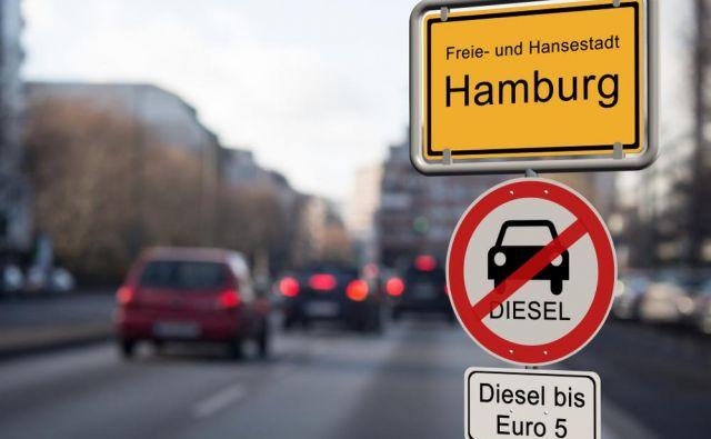 Eno najostrejših prepovedi so uvedli na kratkem odseku v Hamburgu, kjer lahko vozijo le najbolj sodobni dizelski avtomobili. Foto Shutterstock