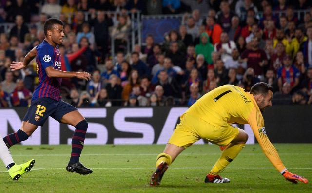 Rafinha je takole žogo spravil mimo Samirja Handanovića. FOTO: Josep Lago/AFP
