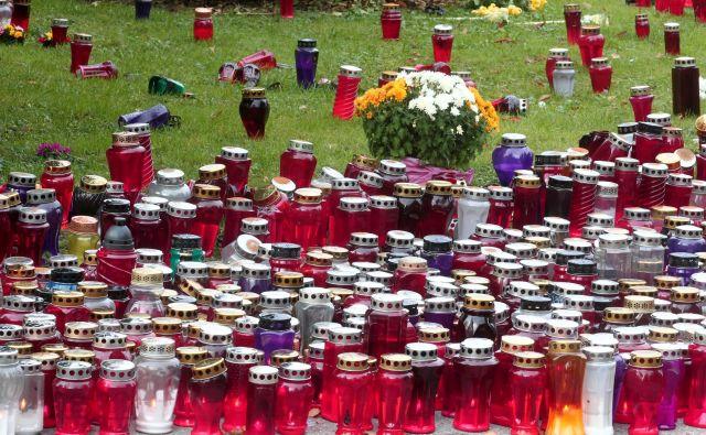 Slovenci smo rekorderji po prižiganju sveč. Tradicija, pravijo naši sogovorniki v anketi. FOTO: Dejan Javornik/Delo