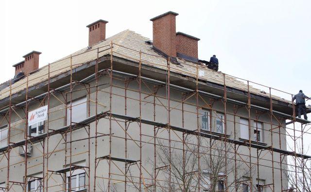 Obnova stavb bi prihranila do 40 odstotkov energije. FOTO: Leon Vidic/Delo