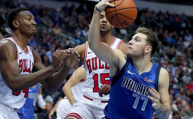 Luka Dončić nadaljuje z vidnimi predstavami v svoji premierni sezoni v ligi NBA. Foto: AFP