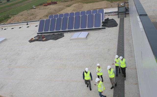 Magna je implementirala pobude skupine za monitoring; postavili so fotovoltaiko,termalne kolektorjeo in zbiralnik deževnice. Foto Tadej Regent/Delo
