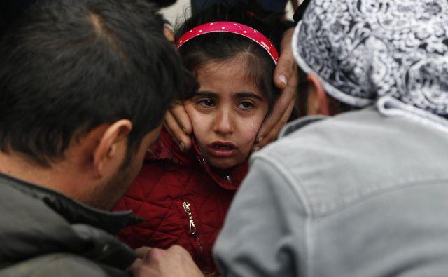Ženske in otroci vztrajajo v improviziranih kampih blizu bosansko-hrvaške meje. FOTO: Amel Emric/AP